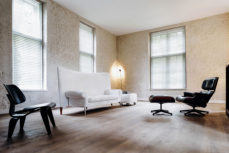 faux wood blinds in lounge with white couch blindcraft